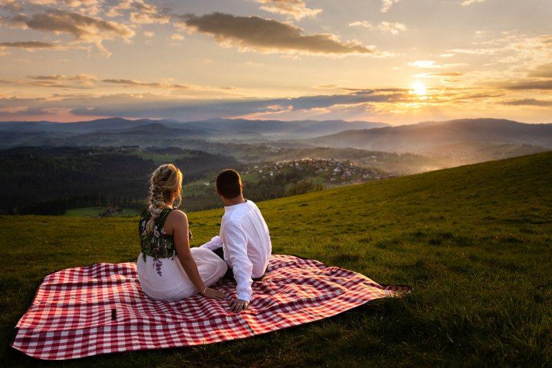 Sesja narzeczeńska Artura i Pauliny w górach o zachodzie słońca